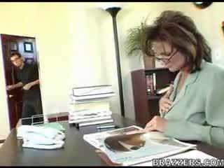 kancelář, maminky a boys