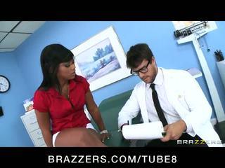 Heet ebony patiënt leilani leeane fucks haar dokter naar voelen beter