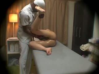 Vrouw molested door zwart masseur