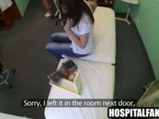 브루 넷의 사람 환자 getting massaged 로 그만큼 간호사