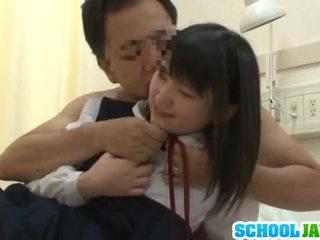 Kinesiska trainee visits male freind inuti hospital