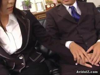性感 秘書 satomi maeno touches an 醜 迪克!