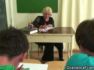 Two studs qij i vjetër shkollë mësues