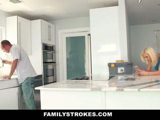 Familystrokes - karstās pusaudze fucks viņai step-cousin uz virtuve
