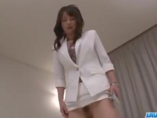 एशियन नर्स ayumi iwasa devours कॉक बीच उसकी हाथ