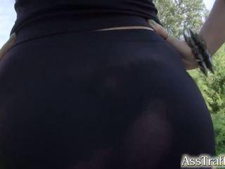 Asstraffic misha oversteken masturbates na anaal