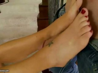 Charisma capelli having footsie כיף