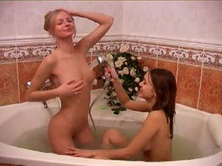 Alessandra y amigo taking un bath
