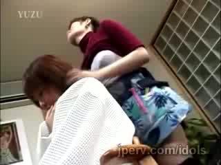成熟 日本语 hairdresser gets teased 而 working