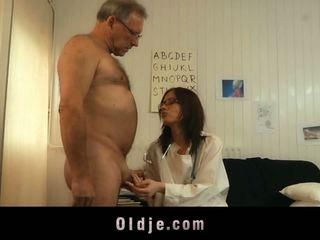Youthful tipu lääkäri shafting vanha potilas