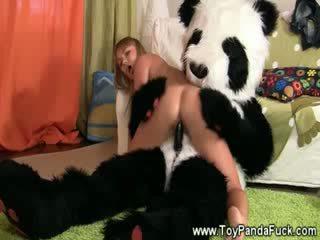 Pollastrella ragazza rocked a sonno da toypanda