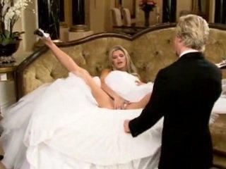 新娘 在 美丽 婚礼 连衣裙 传播 腿