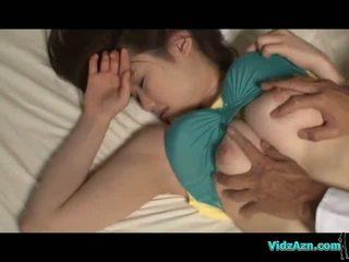 巨乳 女孩 睡眠 乳头 sucked 的阴户 licked 和 性交 上 该 mattress 在 该 室