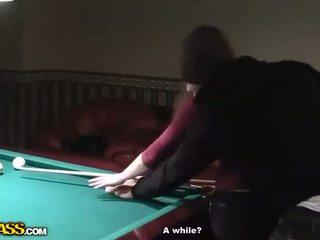 Geil serveerster bij billiards gets naakt en pijpen
