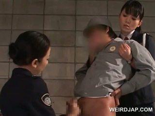 Piemel starved aziatisch politie vrouwen giving afrukken in cel