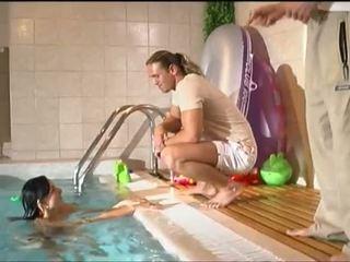 Porner premium jon r: jung brünette julia silver bande bang von die pool