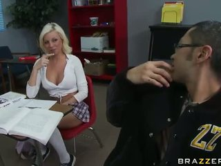 Sexy school- meisje gets geneukt door een nerd in school- toilet video-