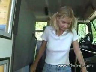 调皮 女学生 蒙蒙 parks 是 所以 角质 她 melts 什么时候 schoolbus driver massages 她的 小 乳房 和 shows 她的 他的 迪克 到 开始 吸吮 它