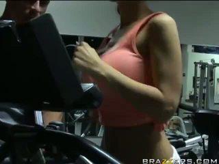 Kylee strutt hardcore exercise med henne trainer ved gym video