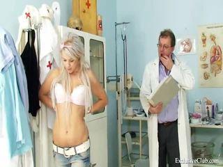 Tiener meisje sabina visiting haar oud gyno dokter naar hebben nauw poesje examined