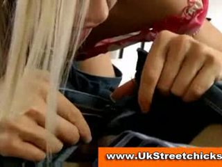 Jong blondine zuigen ouder mans lul