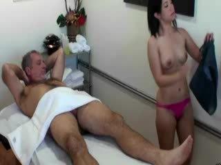 アジアの masseuse 吸い コック のために 彼女の クライアント