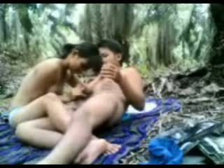 Indonezyjskie nastolatka fucked w the dżungla