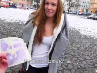 Čehi palaistuve dominika flashes viņai bumbulīši