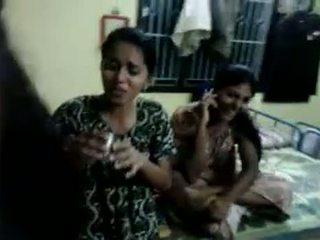 North indiane vajzat përpiqem në pije birrë në e tyre mikpritës