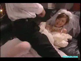Azijietiškas mergaitė į vestuvės suknelė licked čiulpimas varpa pakliuvom sperma t
