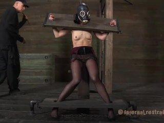 Tortured em upside para baixo posição