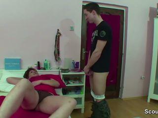 Mamma beccato tedesco ragazzo segarsi quando wake su e ottenere cazzo