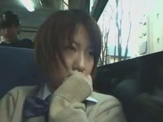 خجول تلميذة متلمس في حافلة