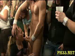 Ryhmä seksi villi patty at yö klubi