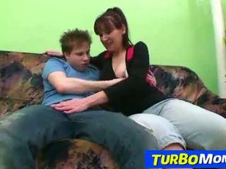 Behaard huisvrouw karin seks met een tiener jongen