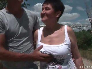 거유 할머니 빌어 먹을 그녀의 젊은 boyfriend 옥외