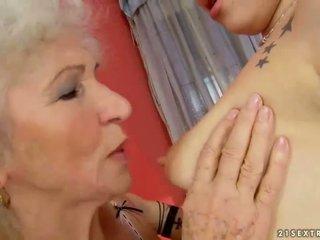 Oma en tiener making liefde