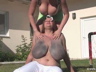 brunete, lielas krūtis, duša