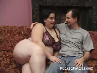 Ragyogó kövér lány -val hatalmas cicik getting penetrated által two nagy cocks