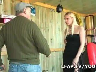 Blond francaise sodomisee dans un kava a trois avec papy