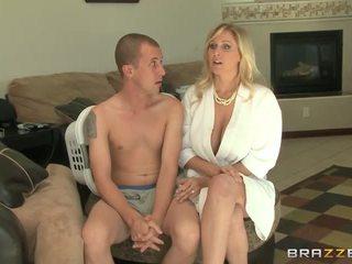 Booby মিলফ julia ann gives মাথা এবং যৌনসঙ্গম