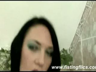 Heet brunette fist geneukt in haar loose kut