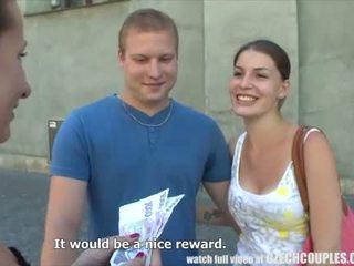 צעיר זוג takes כסף ל ציבורי רביעיה