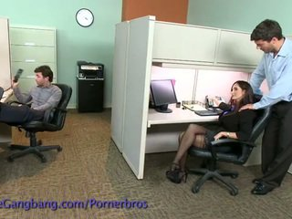 Coworkers kracht een double penetration op haar