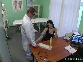 Tối haired bé fucked lược trong fake bệnh viện