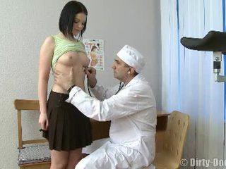 Gynecologist spreads teenageralter beine im stuhl
