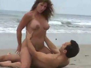 Rica morena tetuda, calenturienta seksuāls en la playa