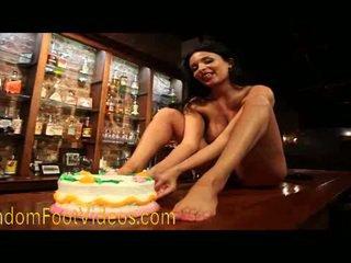 Krūtainas francūzieši uz bare pēda cake smashing