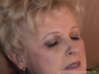 Lielas skaistas sievietes vecmāmiņa šampanietis liels dicked