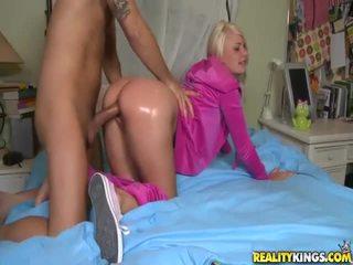 Blondin tonårs i rosa tosh locks takes stor boner vovvenutformar